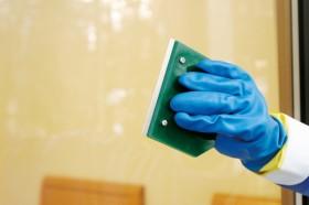 シール跡などのこびりついた汚れを除去